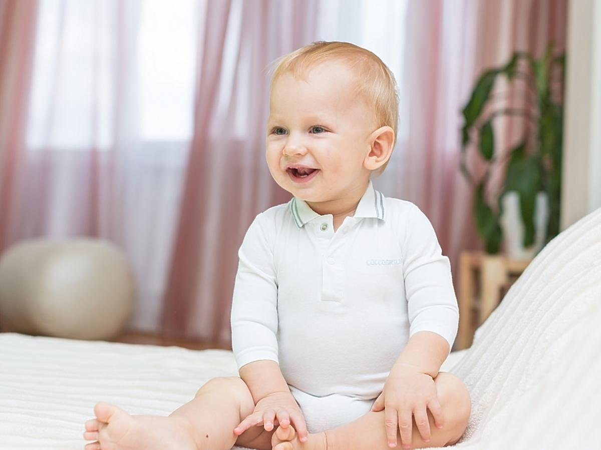 siedzące niemowlę