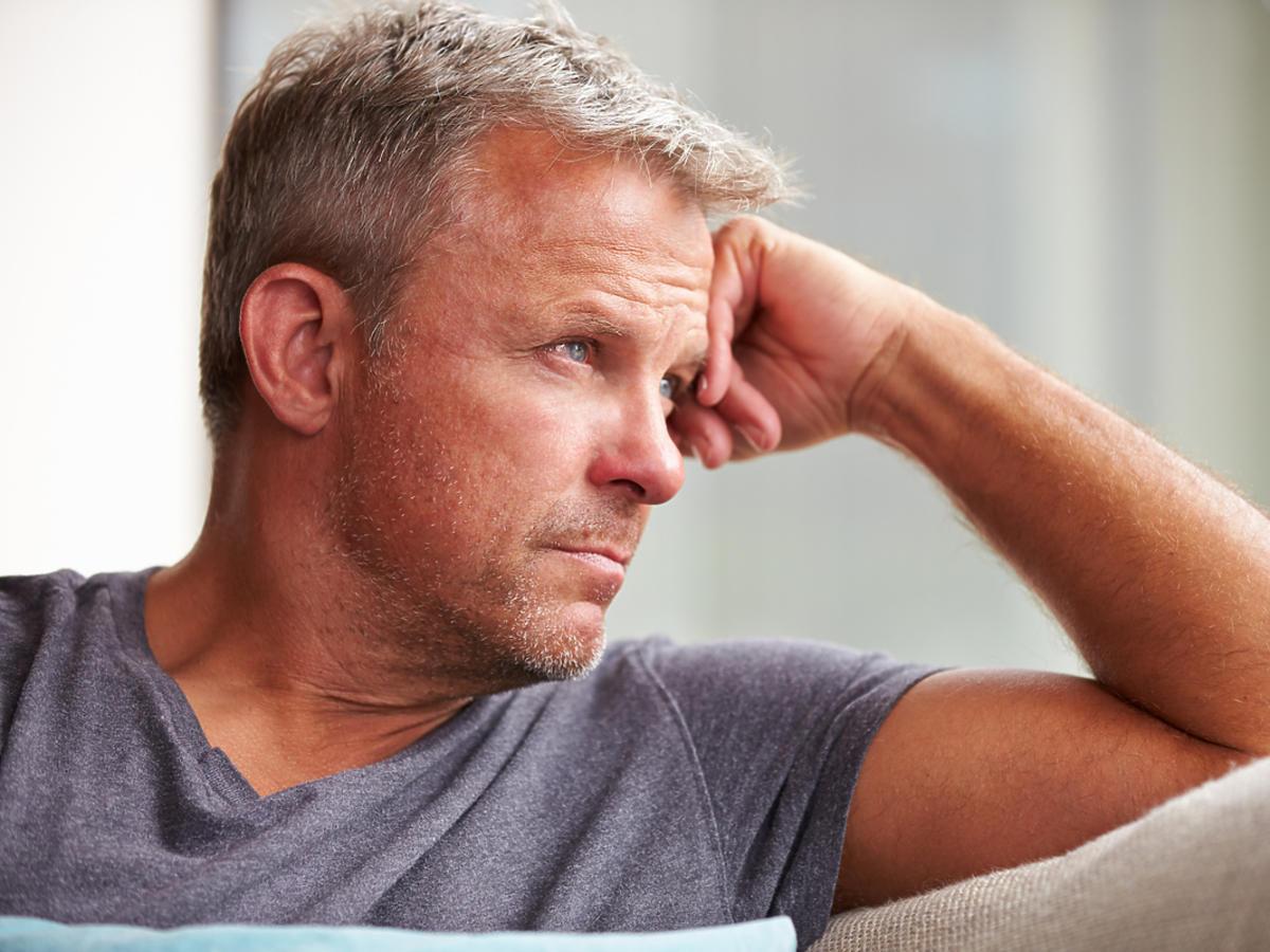 siedzący zamyślony mężczyzna