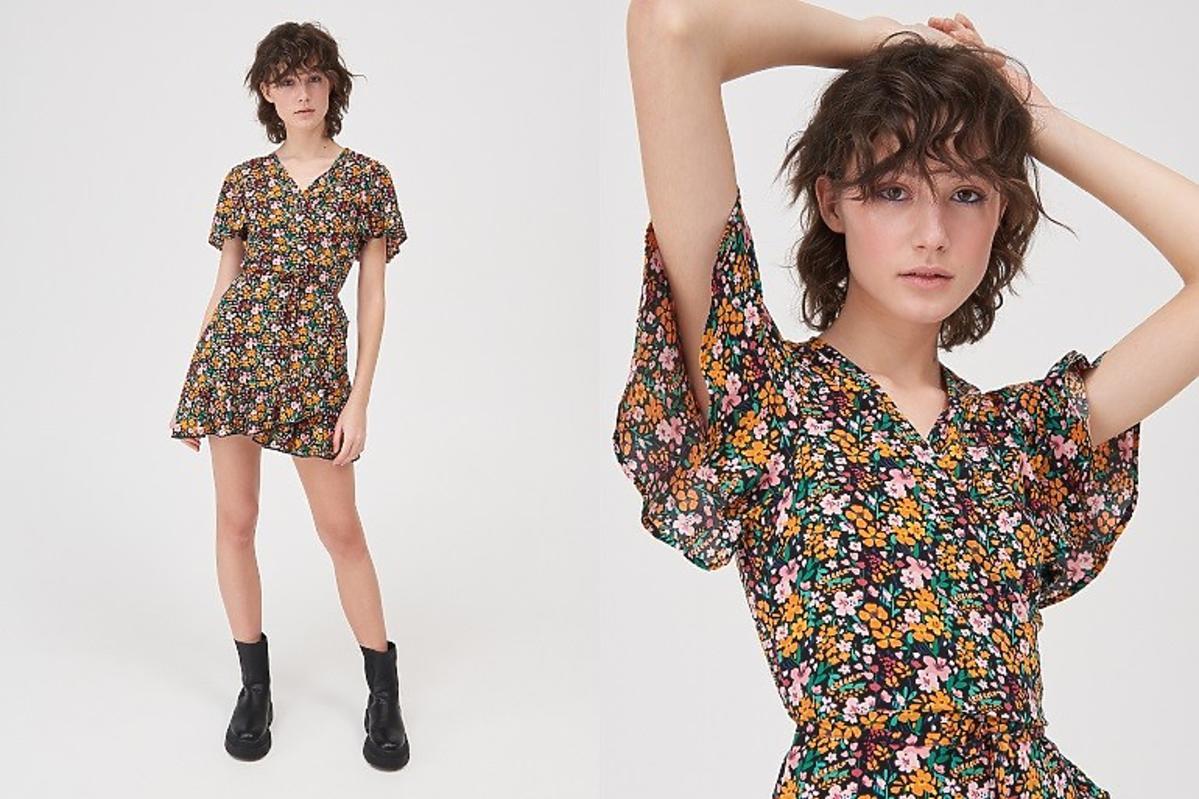 Sinsay - modelka w sukience w kwiaty z falbanami