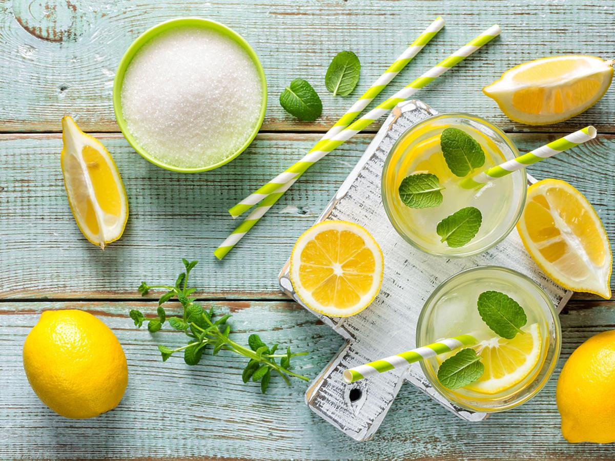 Składniki do przygotowania lemoniady leżące na stole
