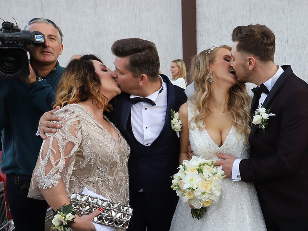 Ślub syna Zenka Martyniuka - pocałunek pary młodej