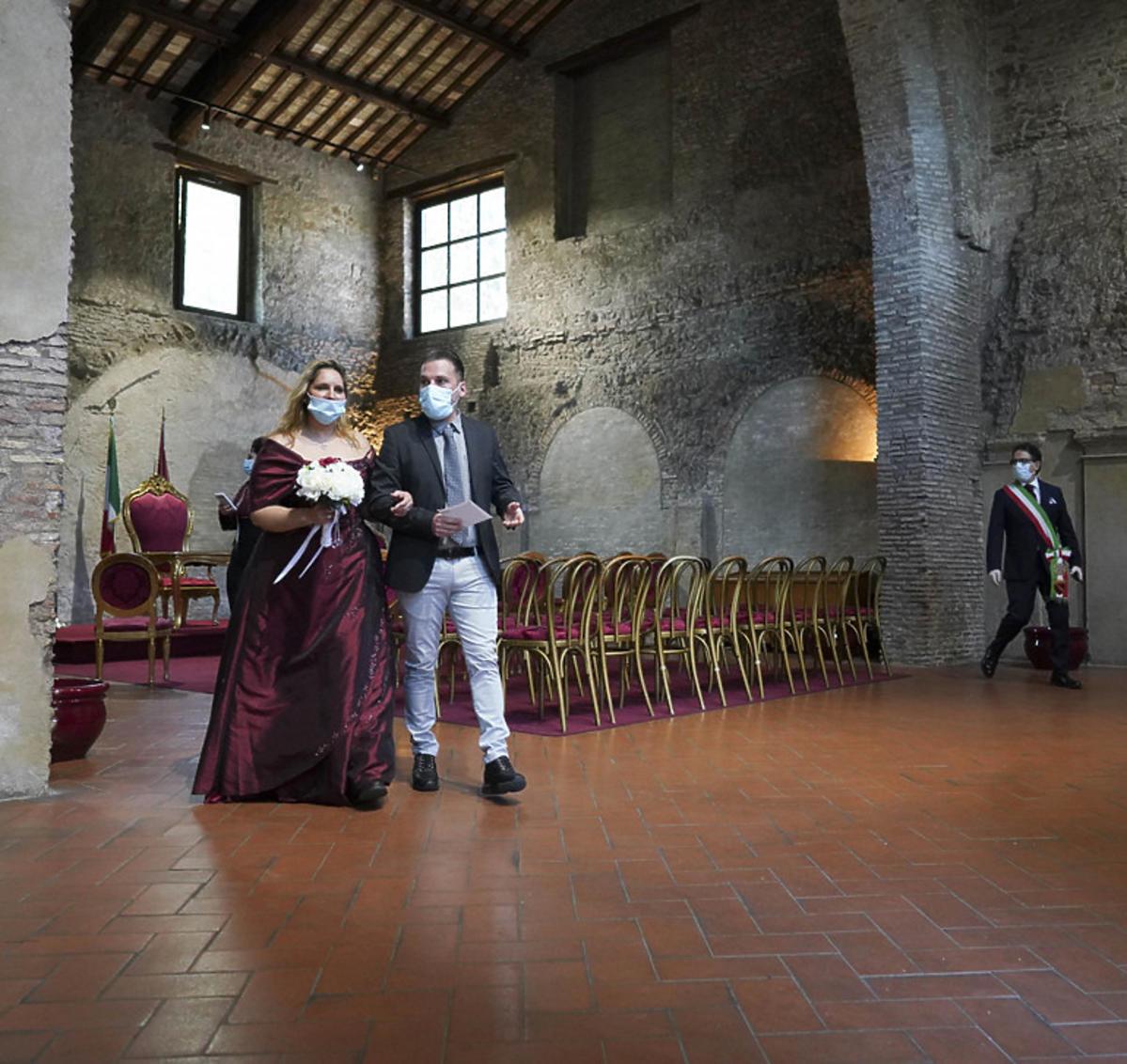 Ślub w maseczkach w Rzymie