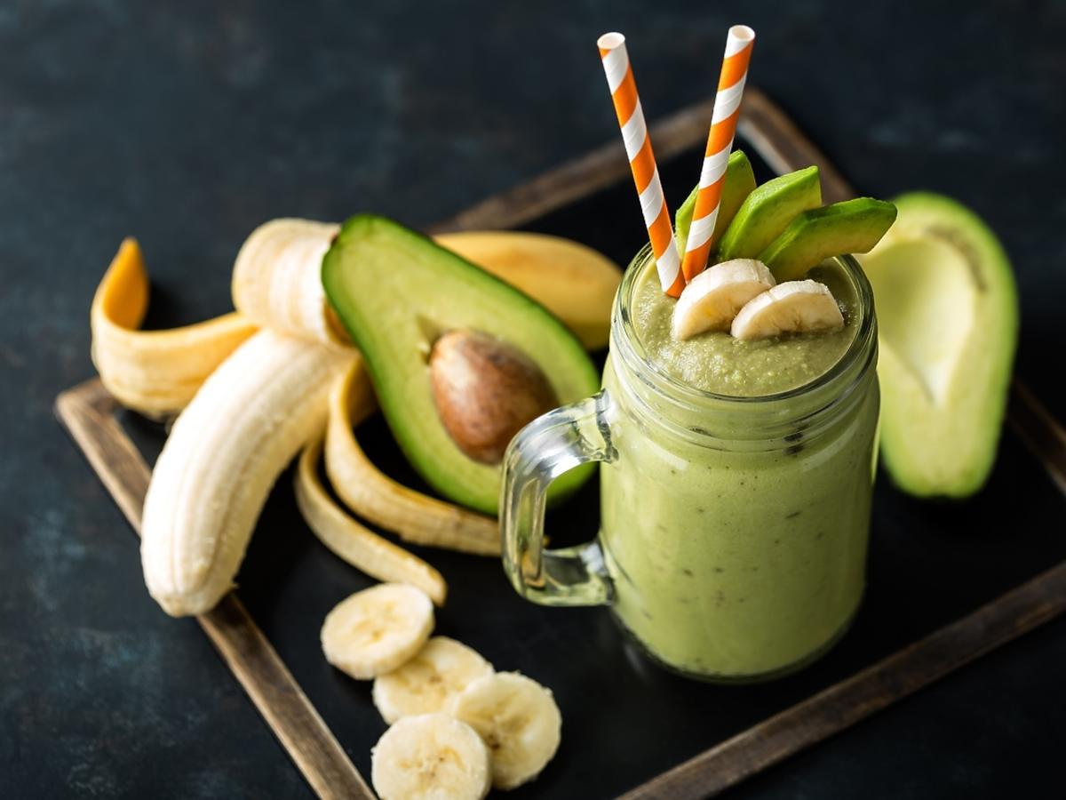 Smoothie z awokado i banana w szklance