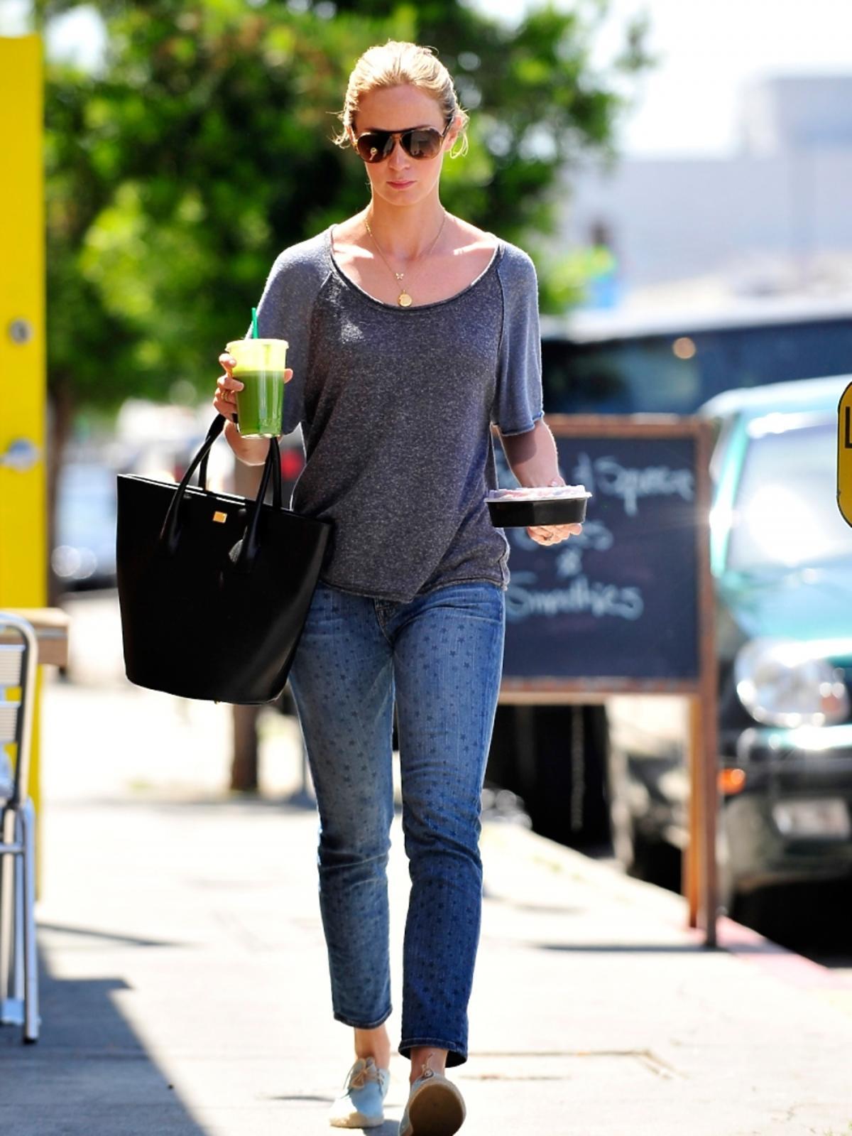 Smutna Emily Blunt idzie ze śniadaniem w LA
