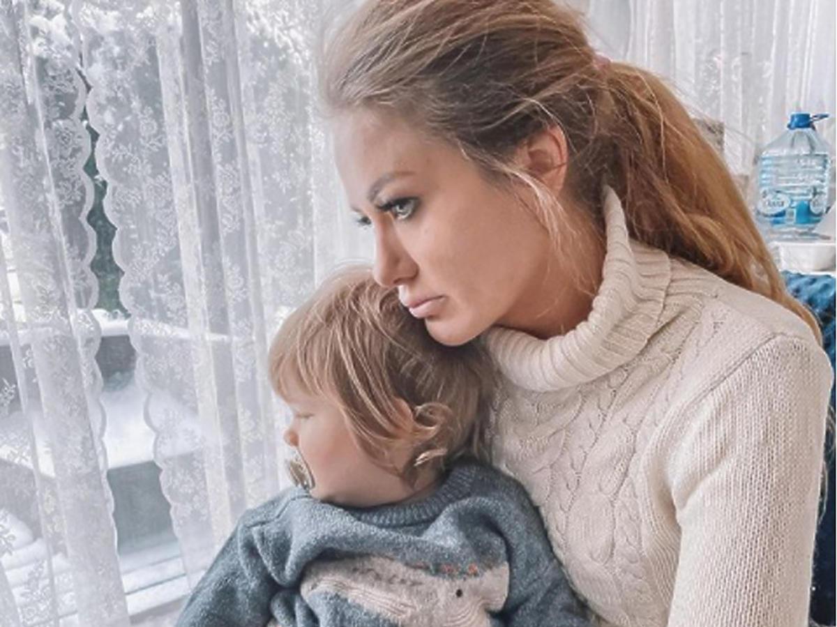 Smutna Ewa Mrozowska trzyma synka na kolanach