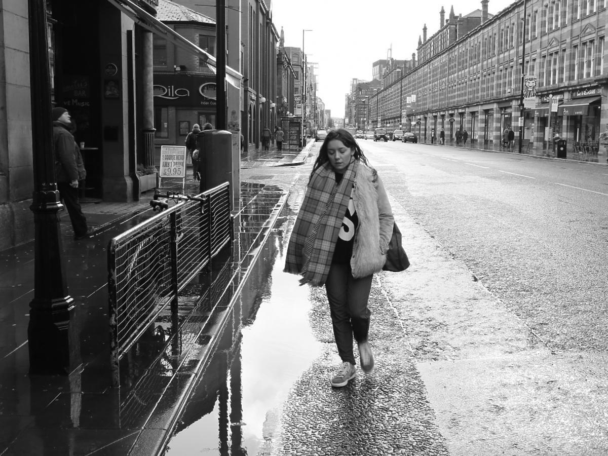 smutna kobieta idąca ulicą