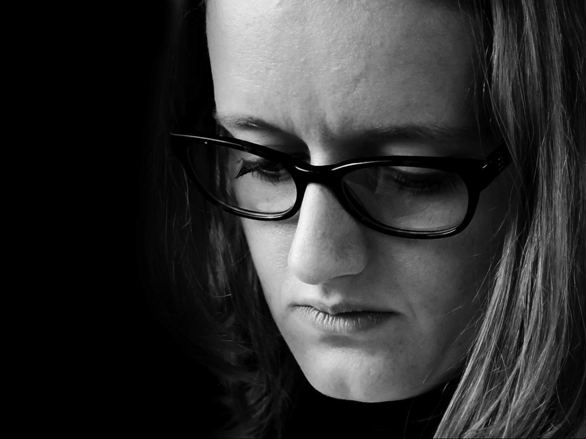 smutna kobieta w okularach