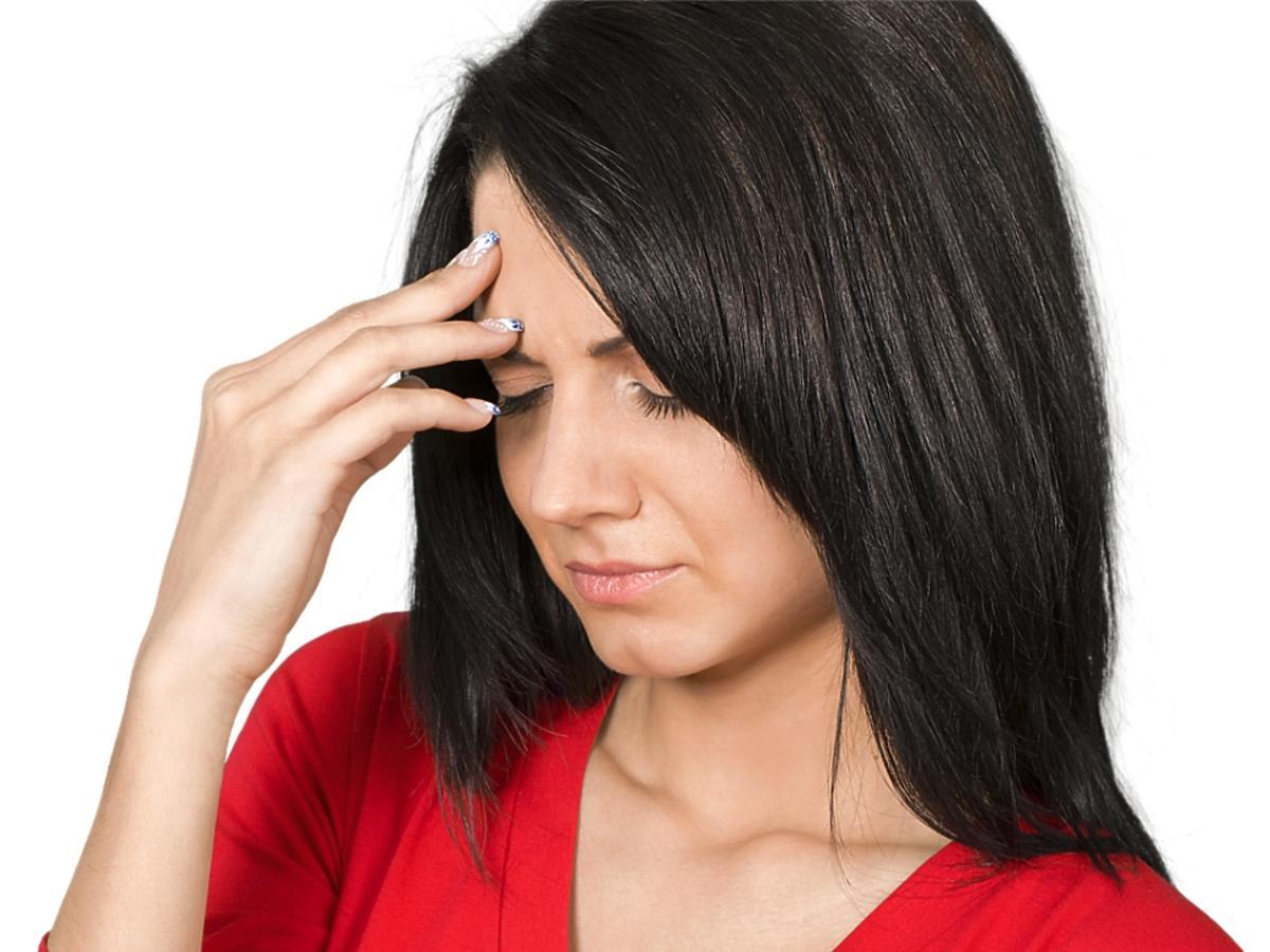 smutna kobieta z ciemnymi włosami