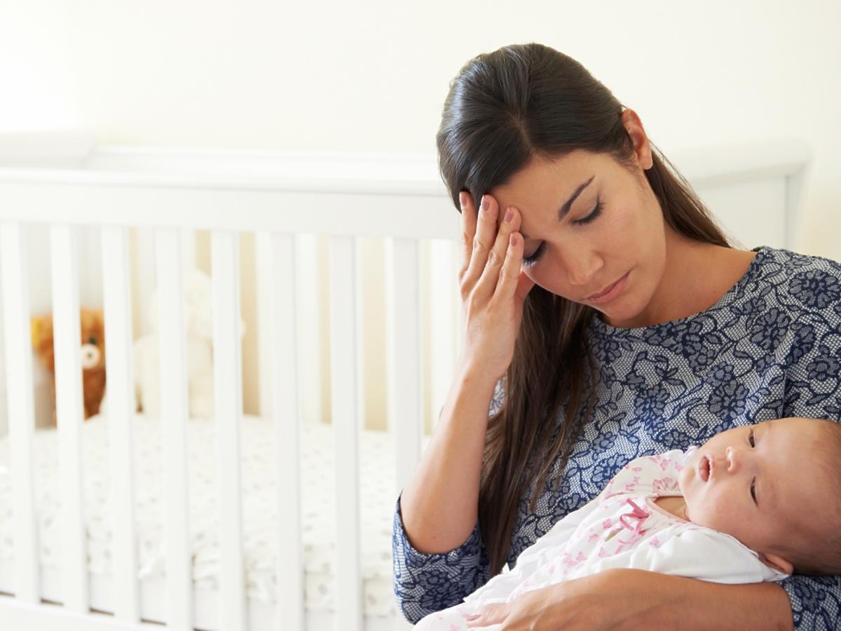 Smutna kobieta z dzieckiem