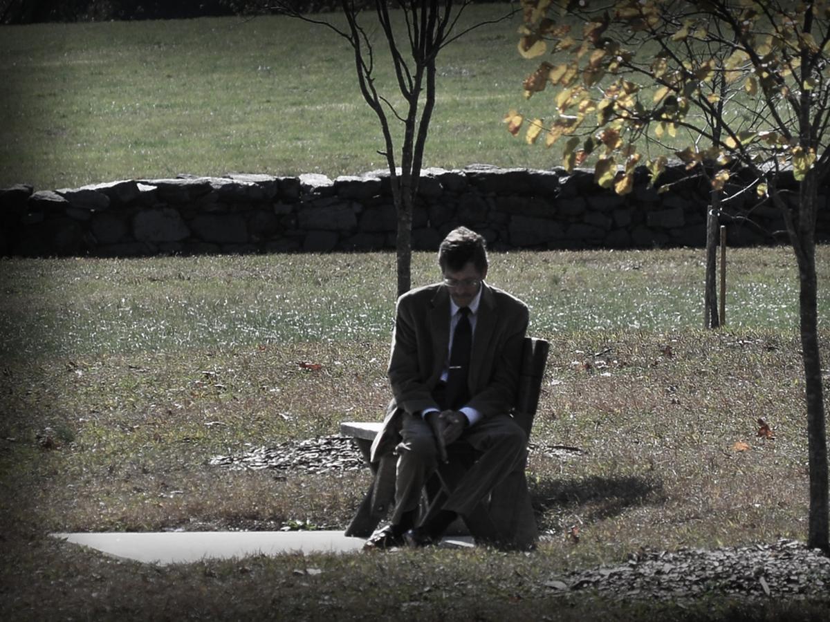smutny mężczyzna w garniturze