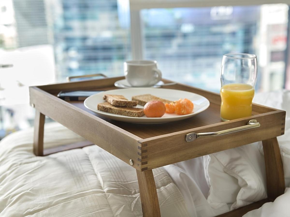 śniadanie podane do łóżka