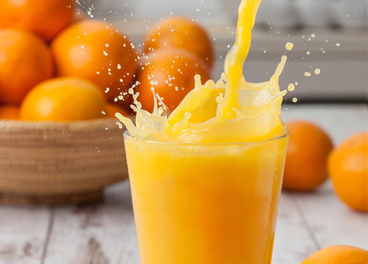 sok pomarańczowy w szklance-i-pomarańcze w drewnianej misce