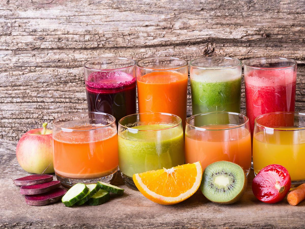 Soki w różnych szklankach i kolorach, warzywne i owocowe