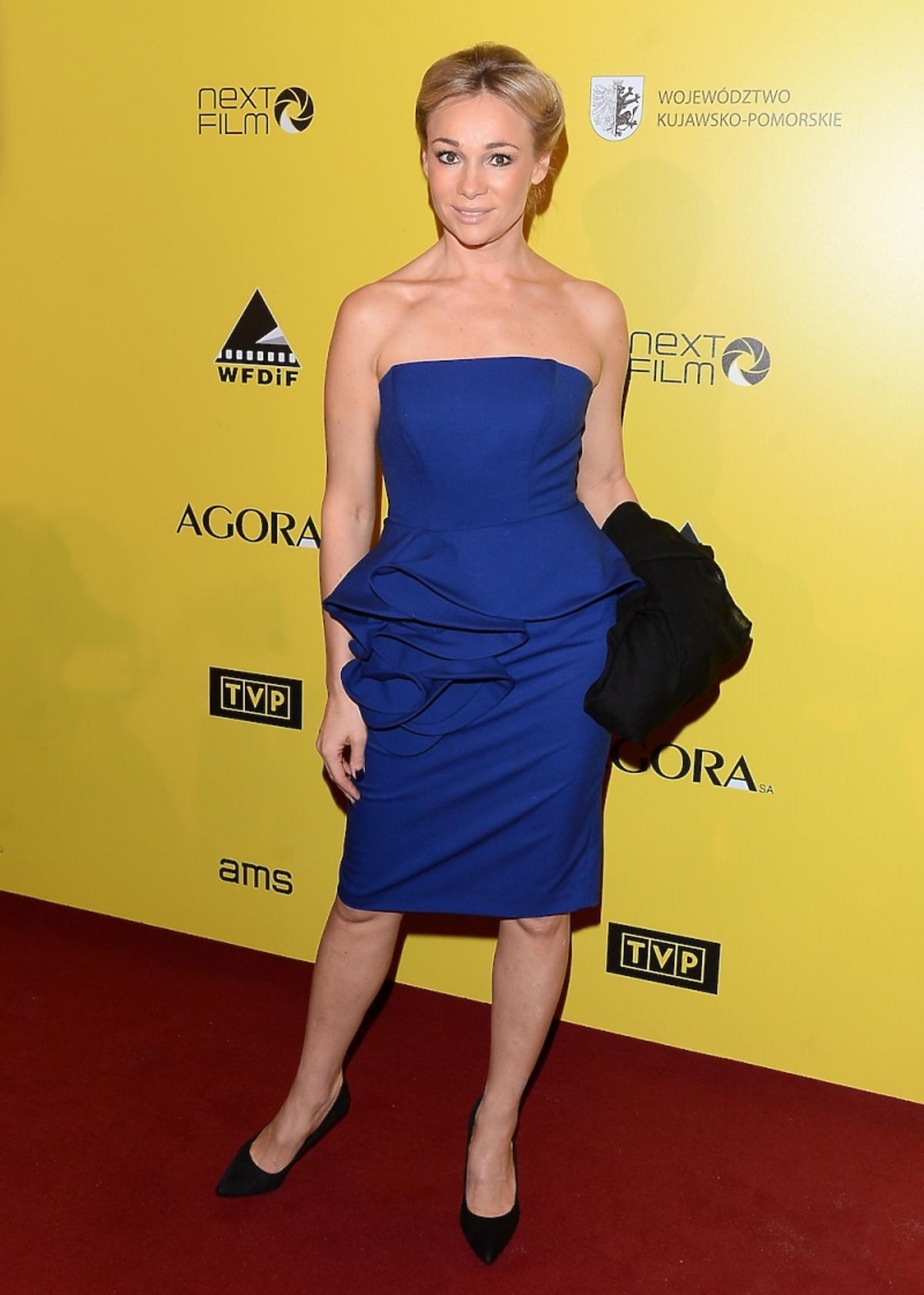 Sonia Bohosiewicz w kobaltowej sukience na żółtej ściance