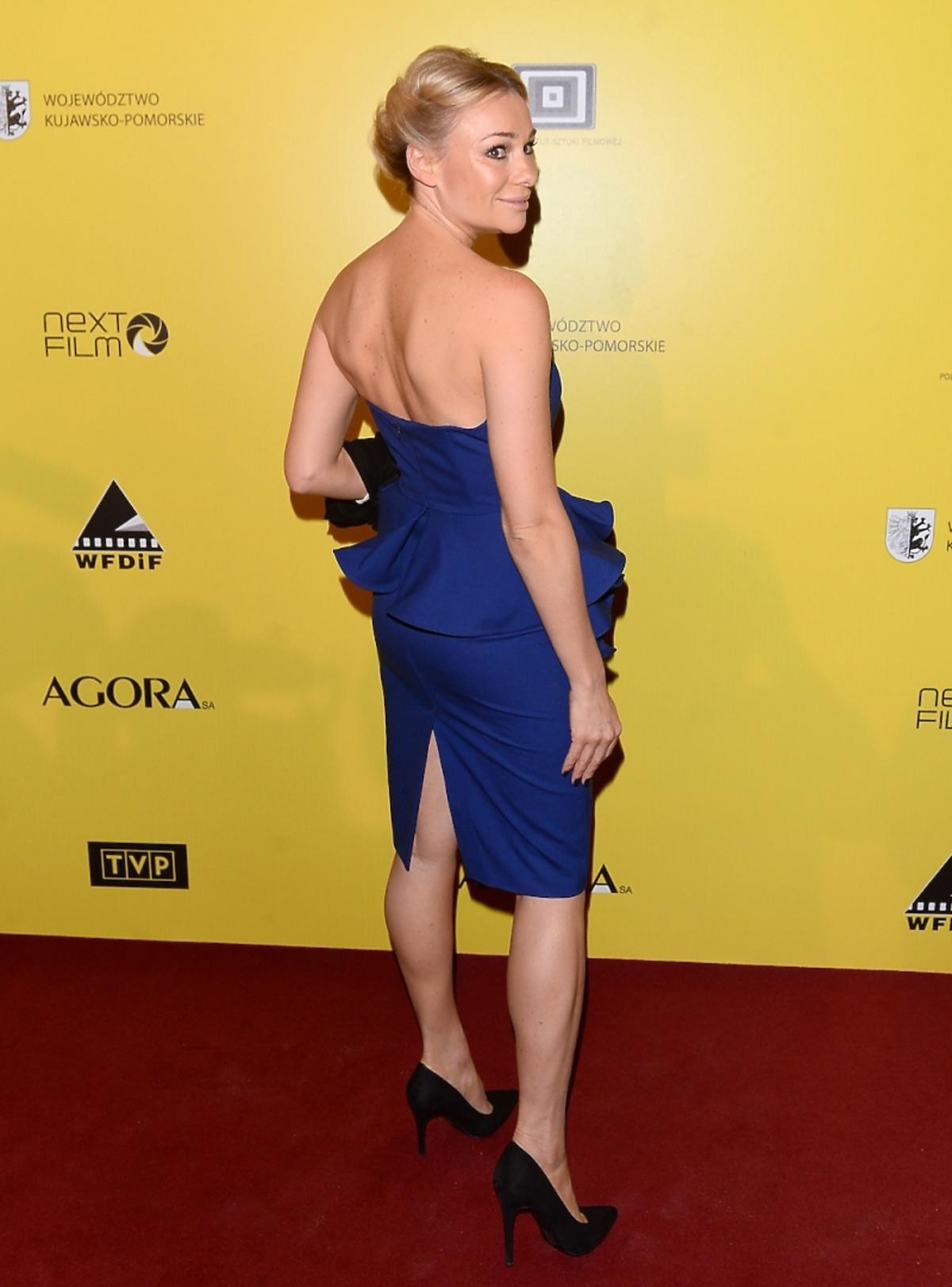 Sonia Bohosiewicz w kobaltowej sukience z falbaną i rozporkiem