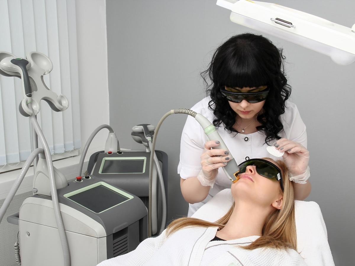 specjalista usuwa blizny laserem