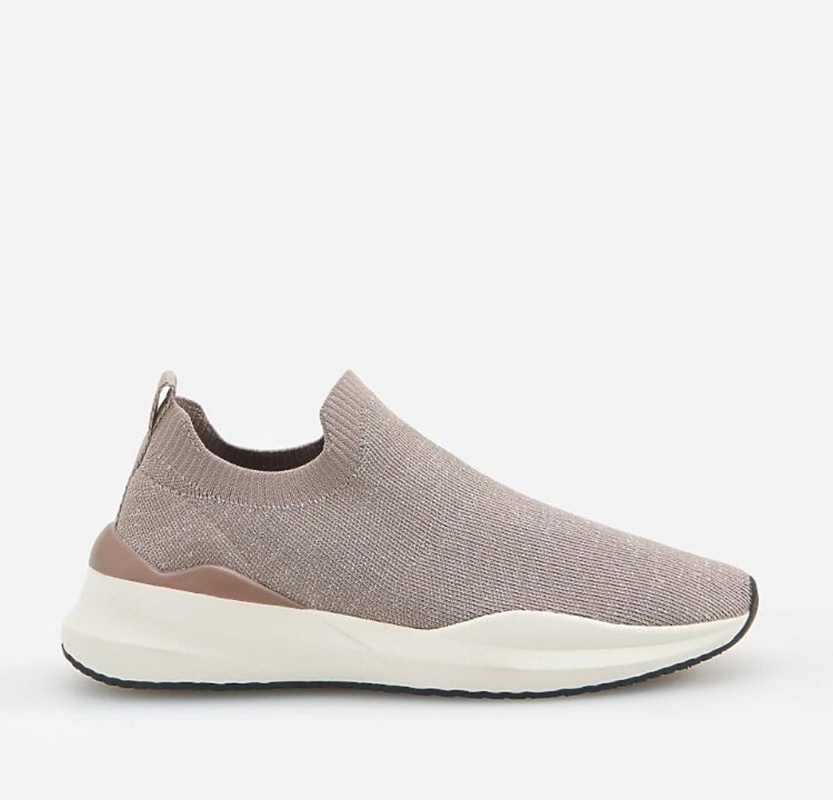 Sportowe buty z elastyczną cholewką z wyprzedaży w Reserved