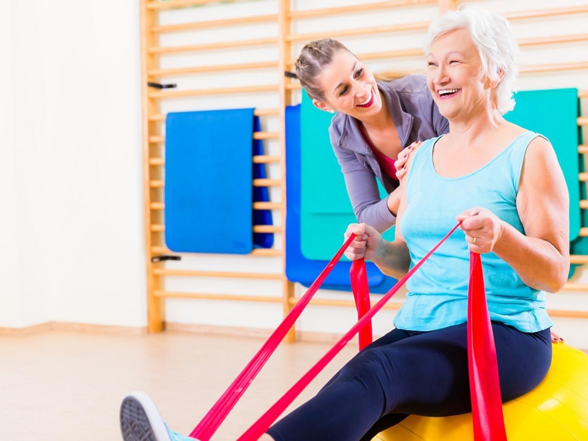 starsza kobieta ćwicząca