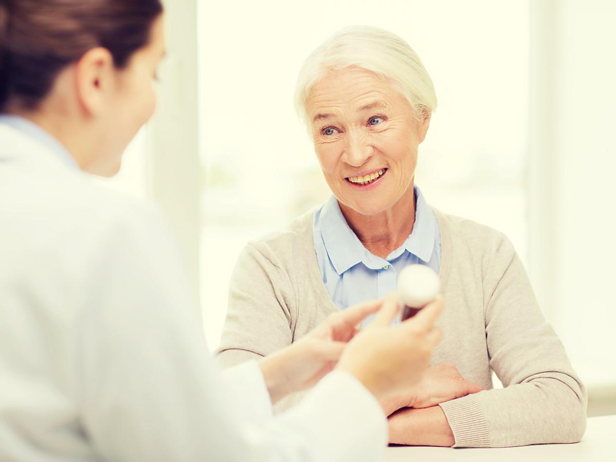 Starsza kobieta jest na wizycie u lekarza