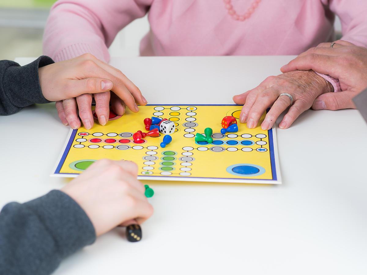 starsza osoba przy grze planszowej
