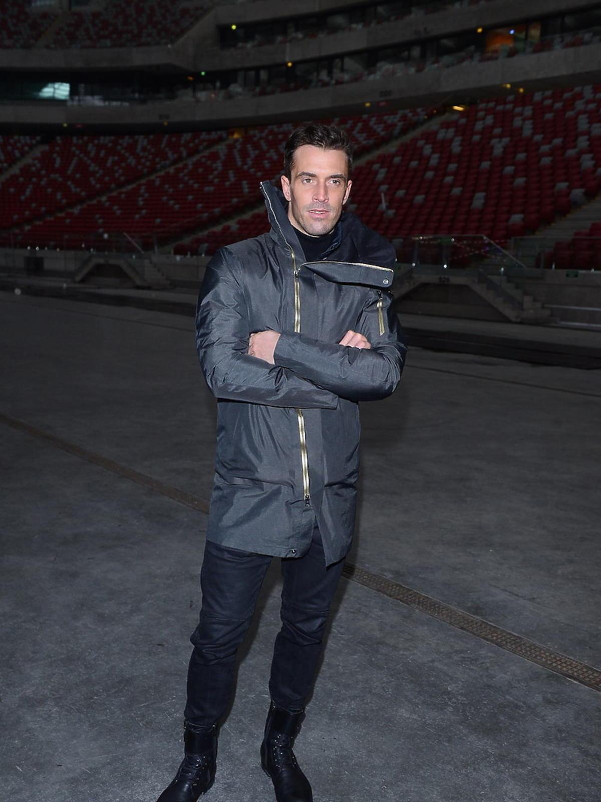 Staszek Karpiel-Bułecka w szarej kurtce