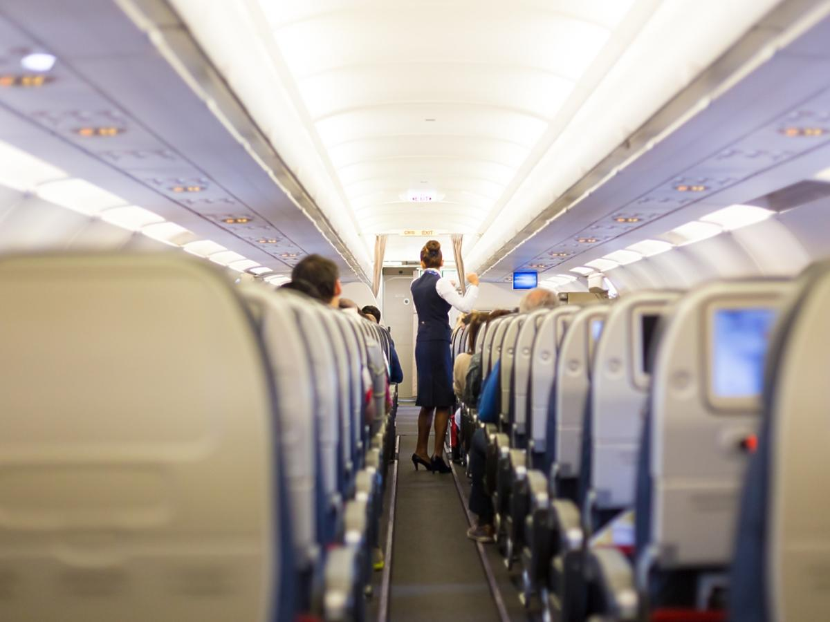 Stewardessa w pracy w samolocie.