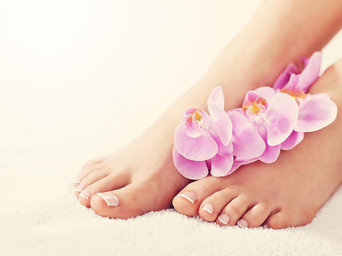 stopy z kwiatami