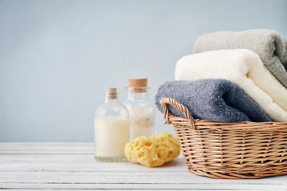 stos ręczników w koszu