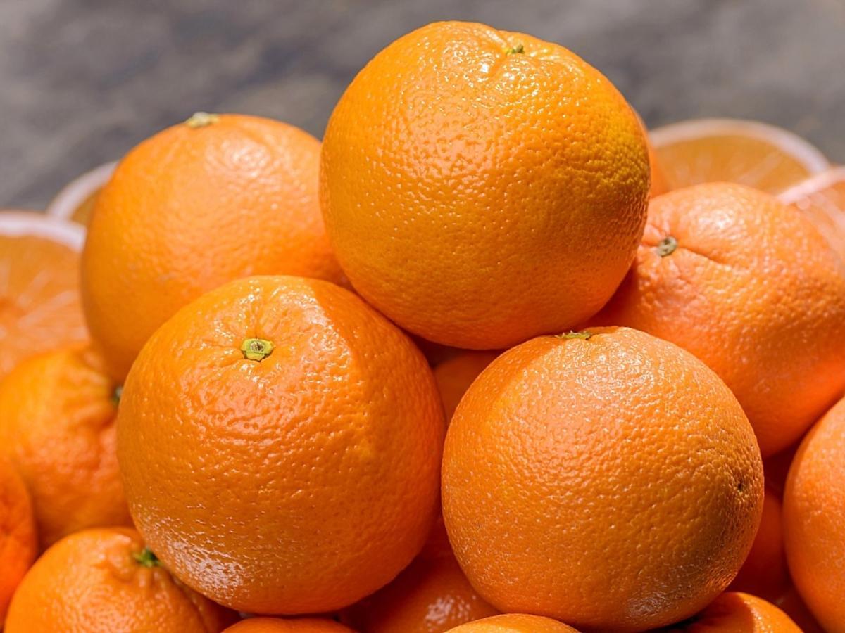 Stos świeżych mandarynek.