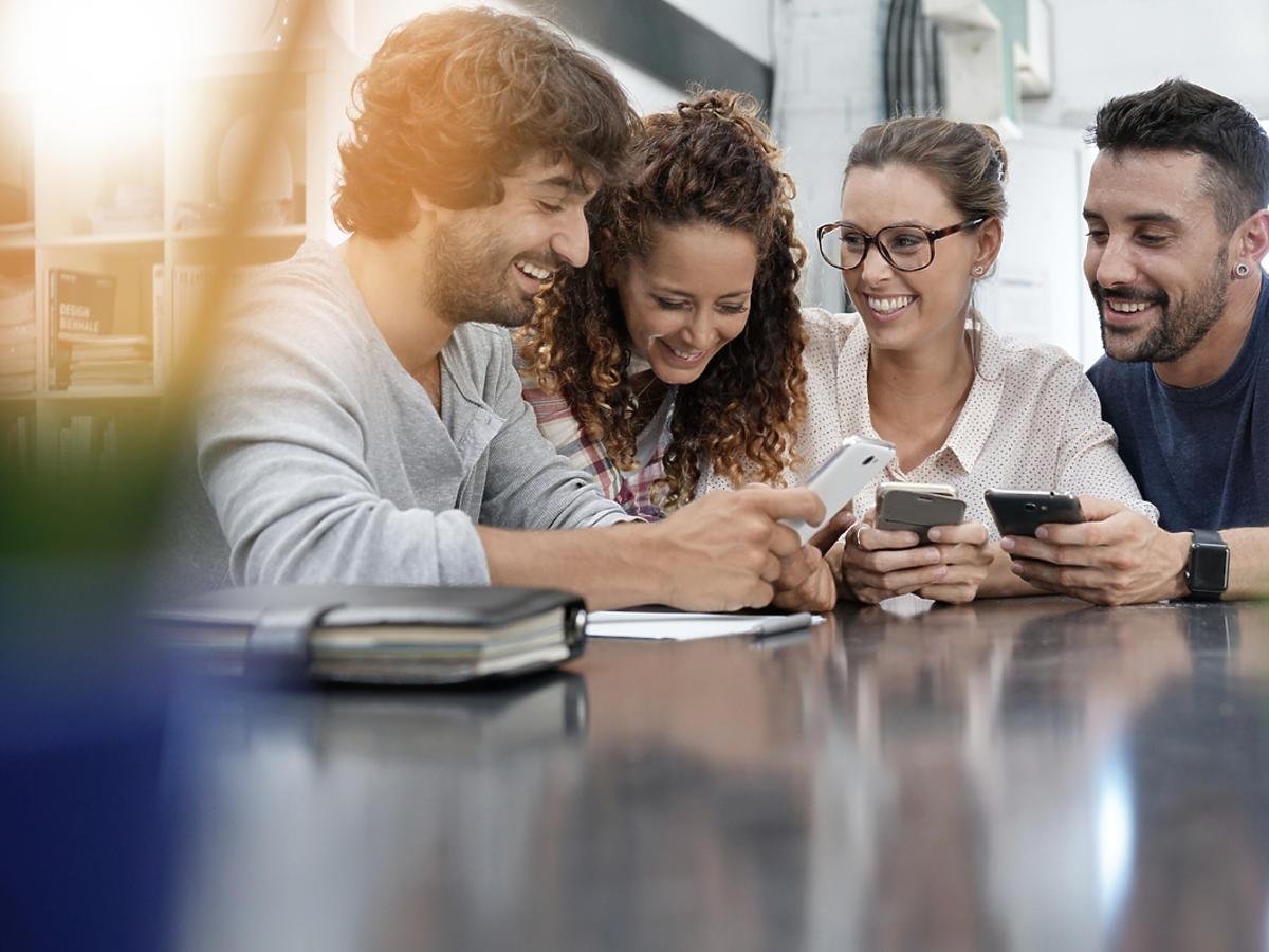 studenci korzystający z telefonów