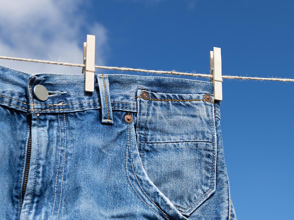 suszące się jeansy