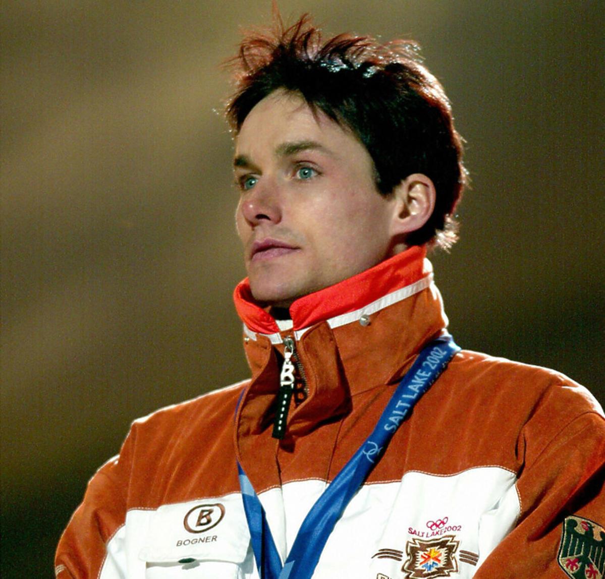 Sven Hannawald stoi z medalem na szyi, 2002 rok