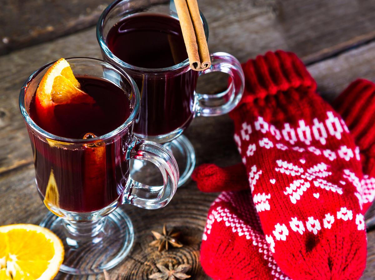 Świąteczny poncz z laską wanilii podany w szklanych pucharkach