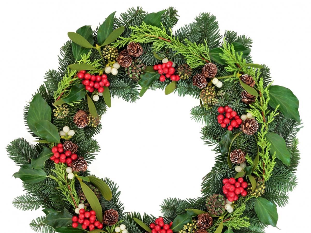 świąteczny wieniec z gałęzi i szyszek