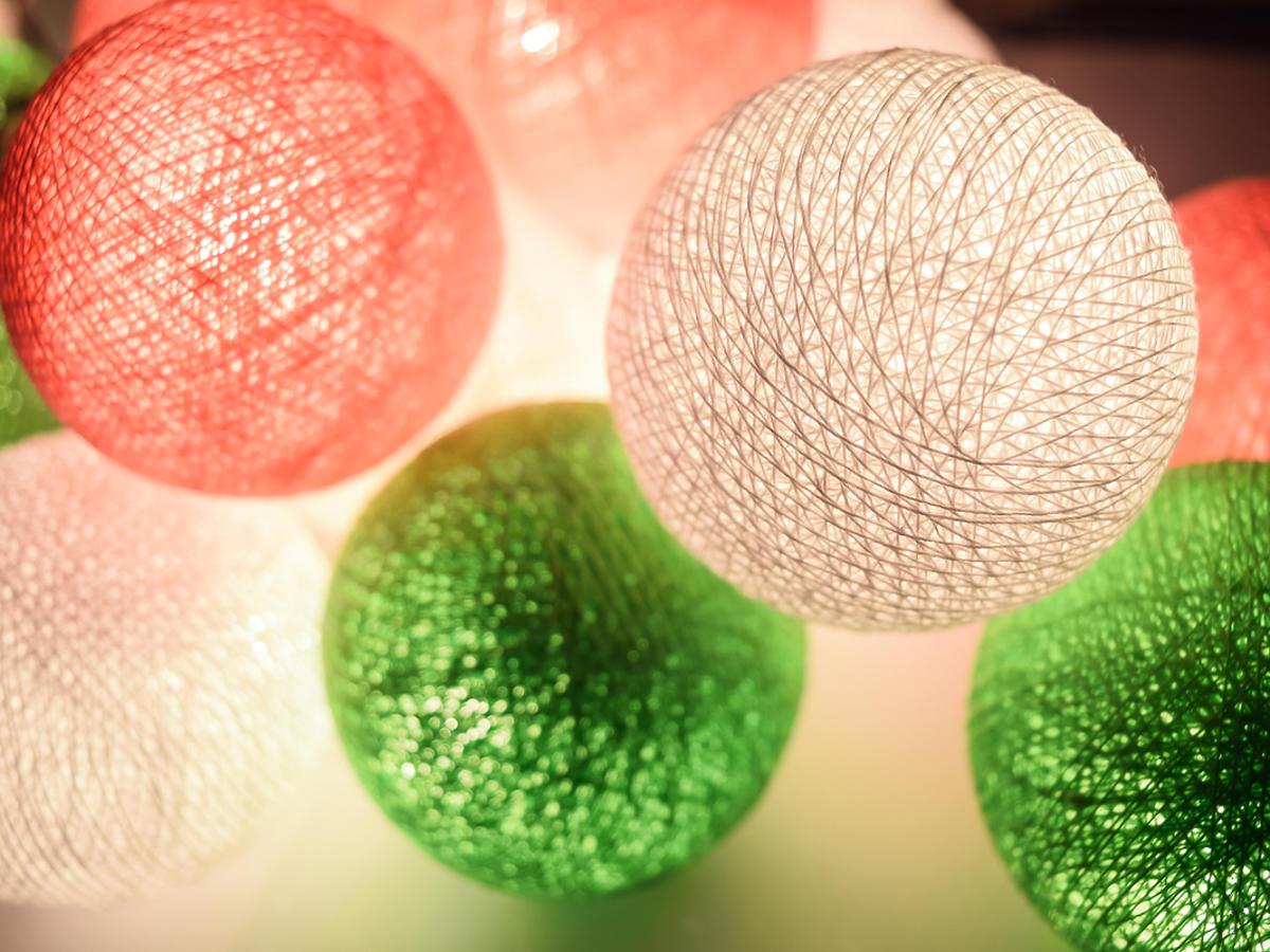 Świecące, kolorowe kule z lampek choinkowych