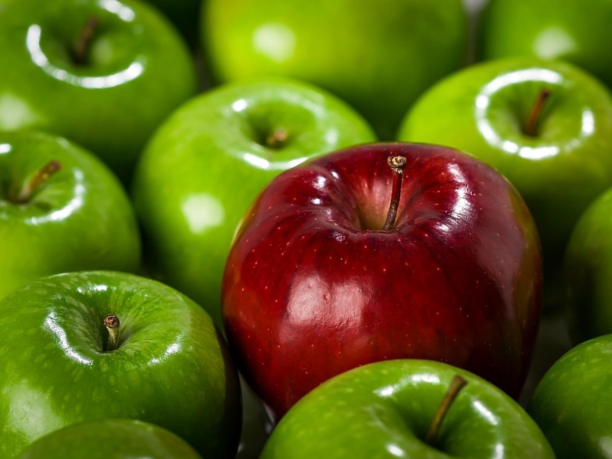 świeże jabłka zielone i jedno czerwone