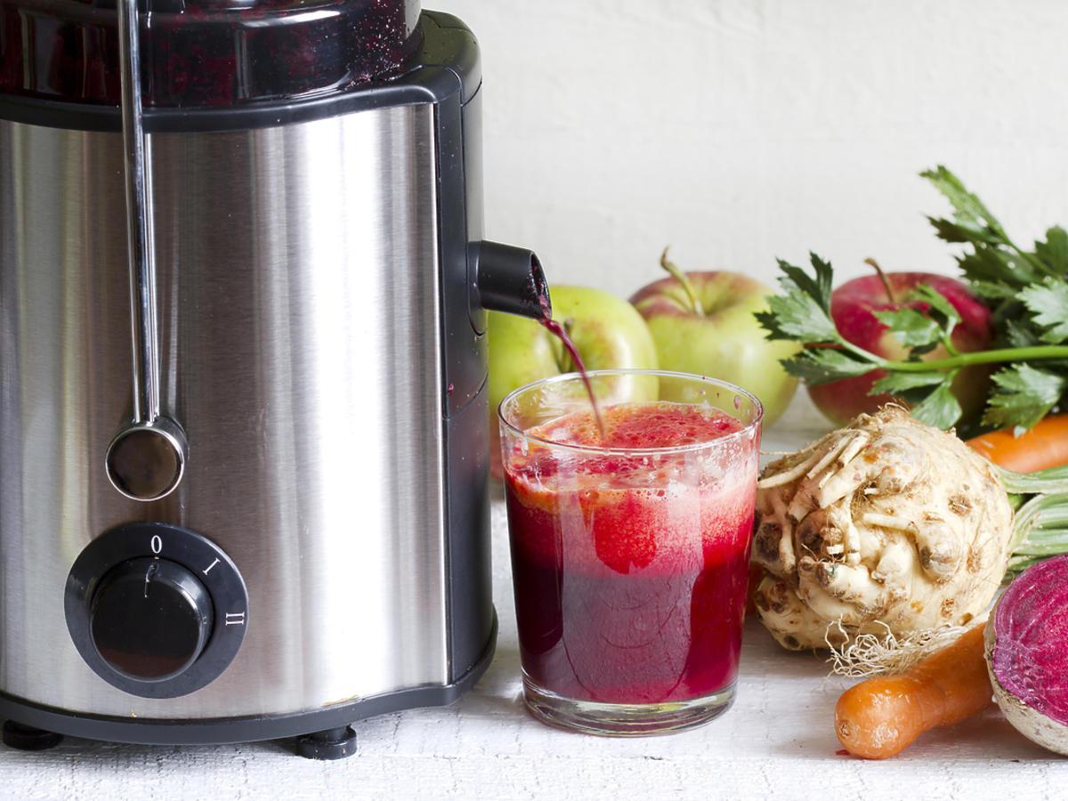 Świeżo wyciśnięty sok warzywny z sokowirówki.