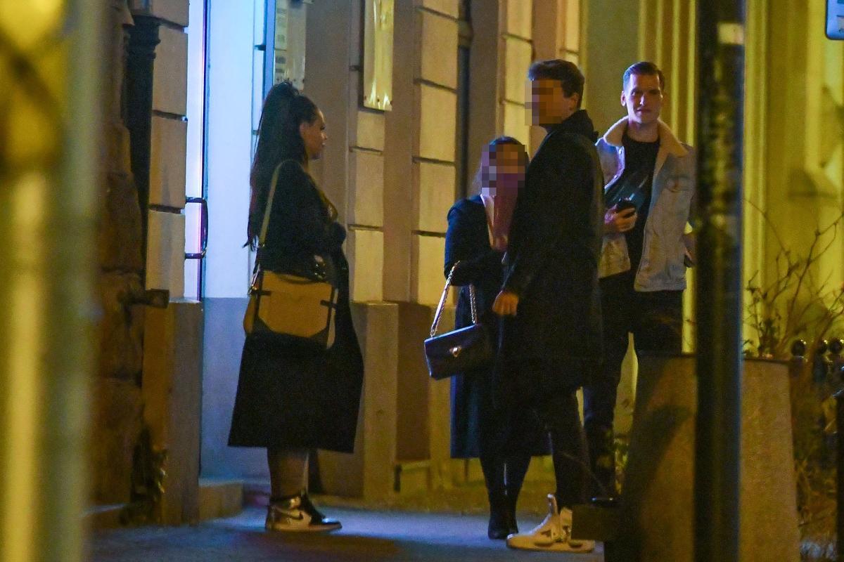 Sylwia Bomba w towarzystwie znajomych wychodzi z restauracji