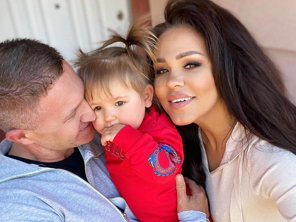 Sylwia Bomba z córką i partnerem