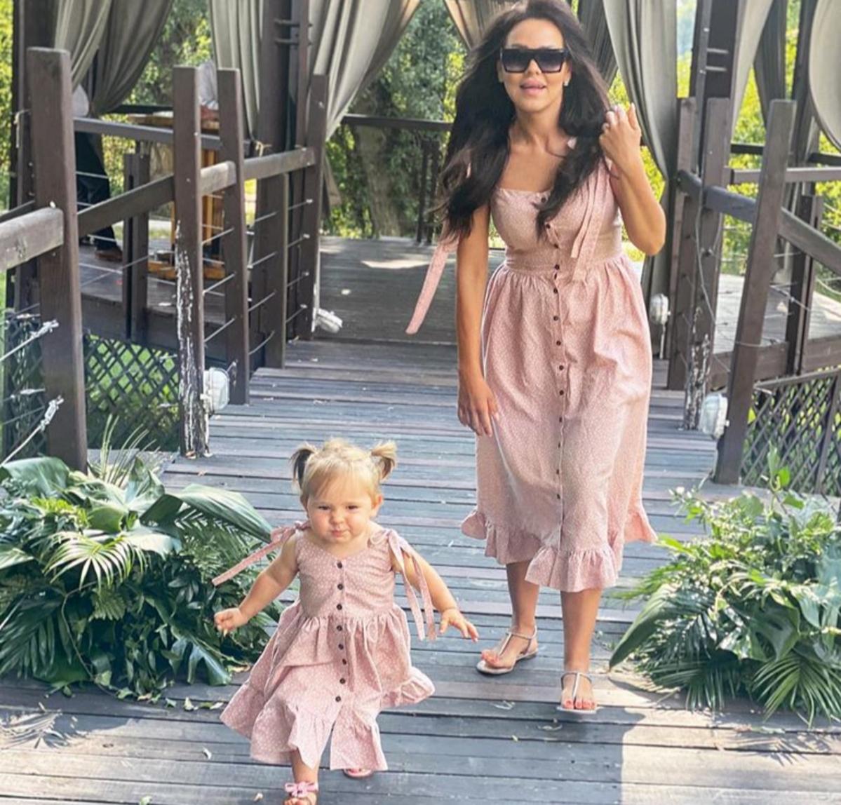 Sylwia Bomba z córką w identycznych sukienkach