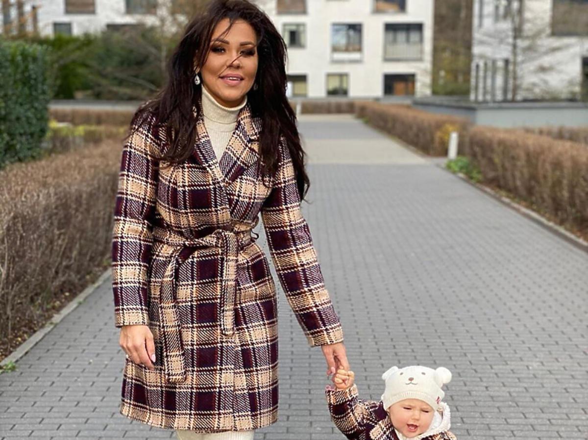 Sylwia Bomba z córką w takich samych płaszczach