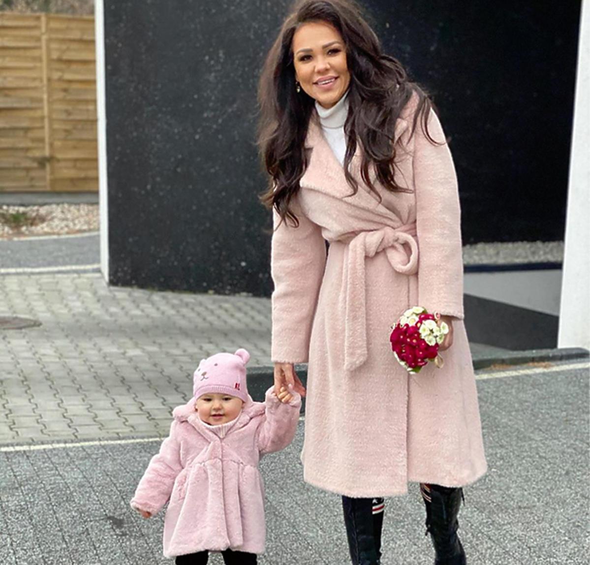 Sylwia Bomba z córką w takich samych stylizacjach