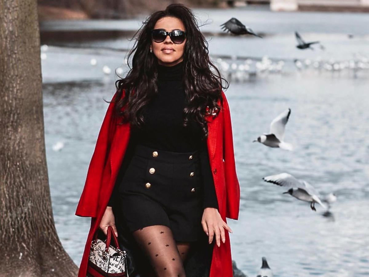Sylwia Bomba z Gogglebox w rajstopach Gabriella i czerwonym płaszczu