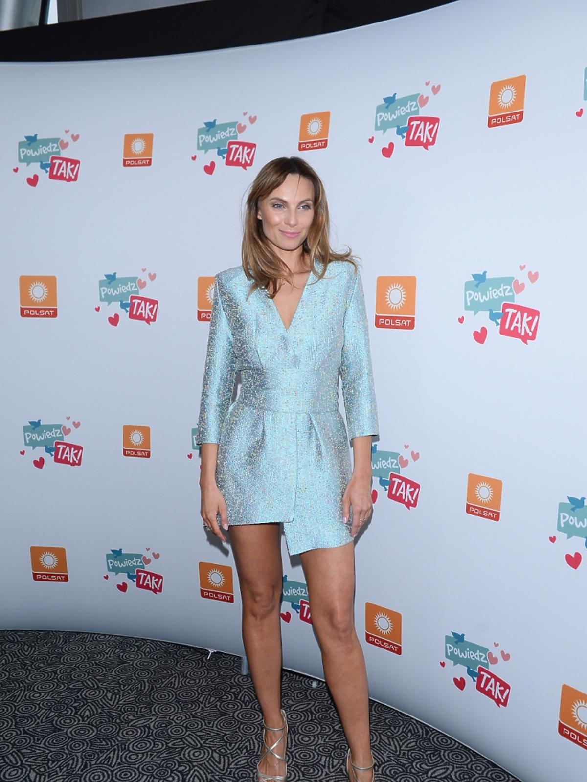 Sylwia Gliwa w krótkiej seledynowej sukience