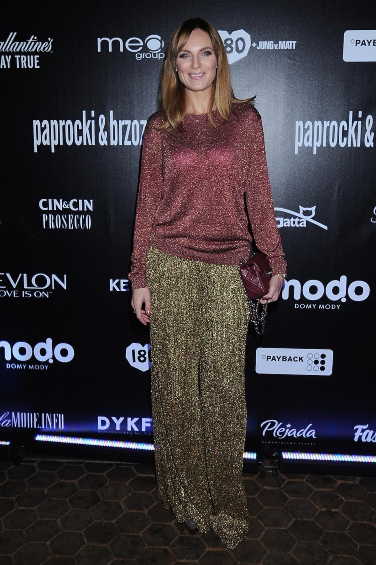 Sylwia Gliwa w złotych błyszczących szerokich spodniach i brokatowej bluzce