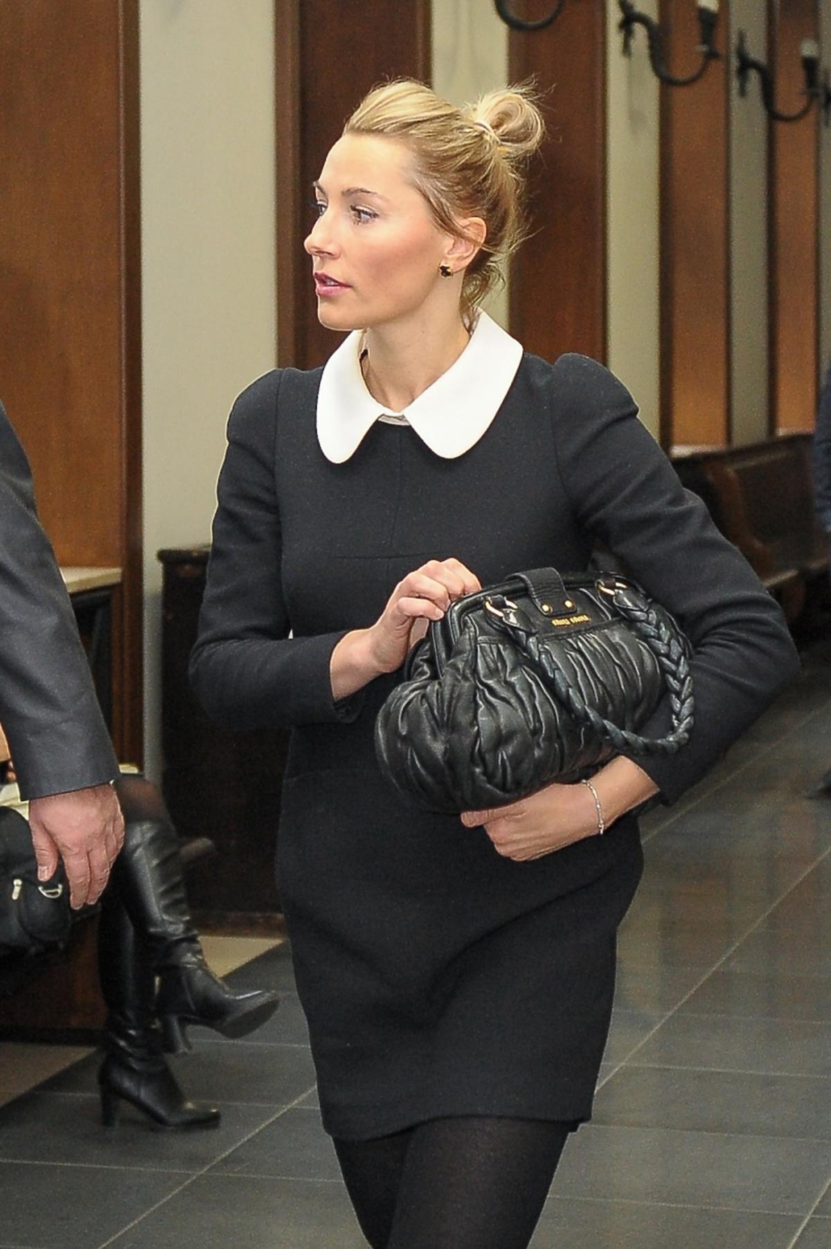 Sylwia Gruchała w czarnej sukience z białym kołnierzykiem