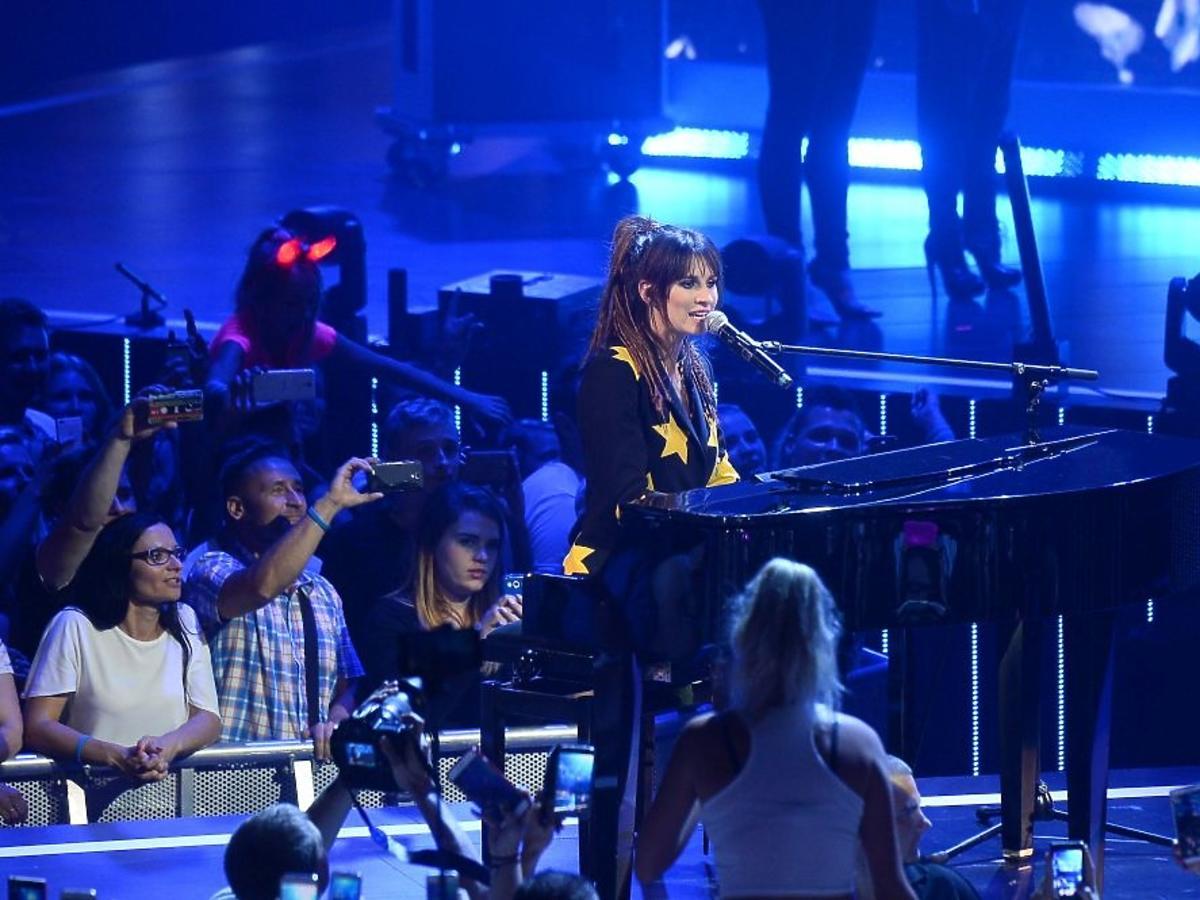 Sylwia Grzeszczak przy fortepianie