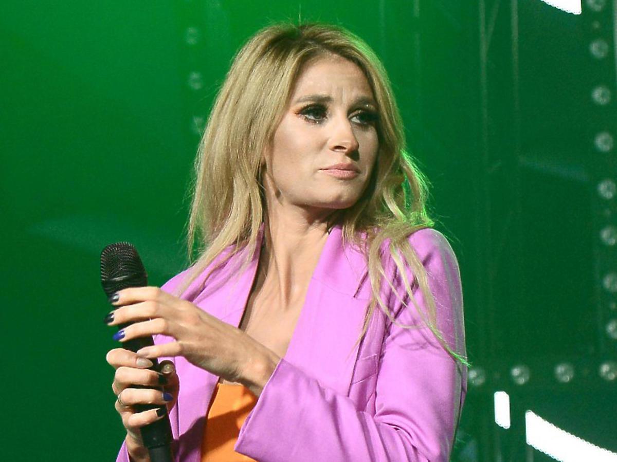 Sylwia Grzeszczak w fioletowym garniturze