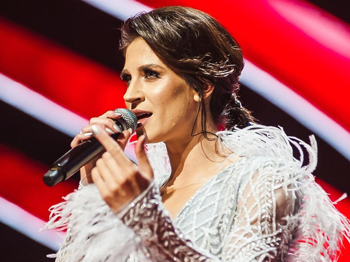 Sylwia Grzeszczak w sukience z piórami