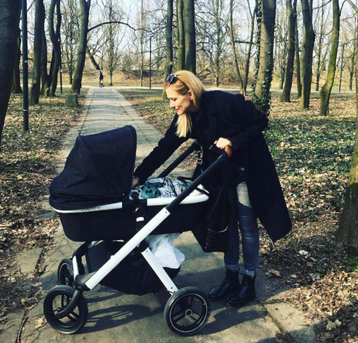 Sylwia Juszczak na spacerze z córką